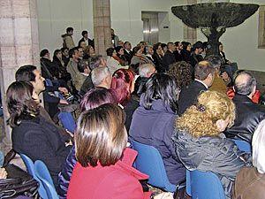 Público asistente a un concierto en el Claustro de la Casa de Cultura de Grado