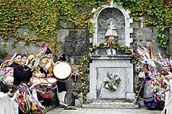 Enramaje de las fuentes en las fiestas de San Xuan