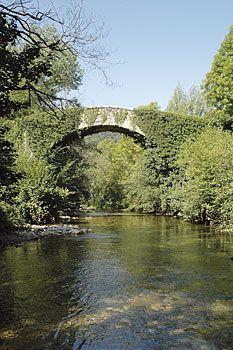 Puente de piedra sobre rio