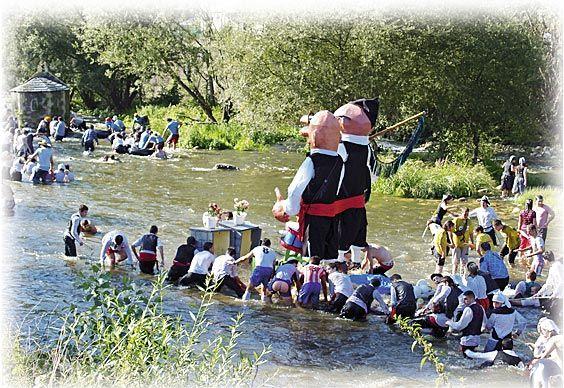 Embarcación participante en el Descenso Folklórico del Nalón
