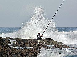 Pescador en la playa de Coedo.