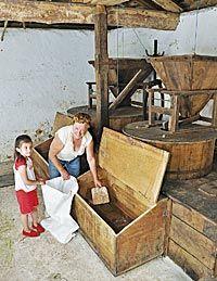 María Villar con su nieta en el Molín de Picarín, en Ania. Uno de los pocos que quedan en pie de la zona.