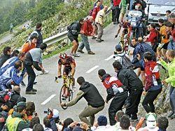 Ciclista subiendo el Angliru en la Vuelta Ciclista a España del año pasado