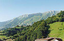 La Vega, capital del concejo, al fondo la sierra del Aramo.