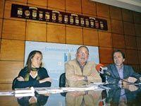 Luis María García, alcalde de Mieres, Juanjo Pulgar, gerente del Consorcio Montaña Central y Sonia Iglesias, técnico de la FACC en la presentación del Punto de Información Europeo en Mieres.