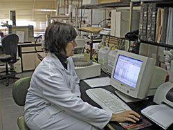 Anna Picinelli en el laboratorio de sidras del SERIDA