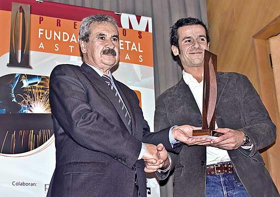 El Consejero Graciano Torre, hace entrega del Premio al Mejor Soldador Profesional a Manuel Mancheño, de Siero.
