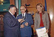 En el centro, Juan Luis Alvarez, presidente de la Asociación Amigos de Cudillero, en la entrega del galardón L'Amuravela de Oro.