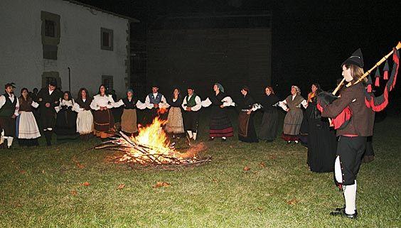 Integrantes de El Carbayu en una actividad sobre las 'bruxas'