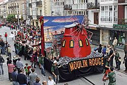 "La Peña Trastolillos presentó en 2009 la carroza ""Moulin Rouge"""