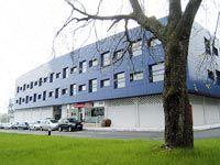 Asipo II, uno de los edificios que ofrece una variada oferta de servicios en el polígono de Asipo (Llanera)