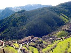 Bandujo, ejemplo de aldea asturiana tradicional en el concejo de Proaza.