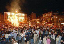 Hoguera de San Xuan en la plaza del Ayuntamiento. Mieres