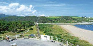 Monumento al emigrante, desde el que se observa la playa de Navia y la desembocadura de la ría.