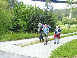 Peregrinas alemanas recorriendo el Camino del Norte, a su paso por Canero