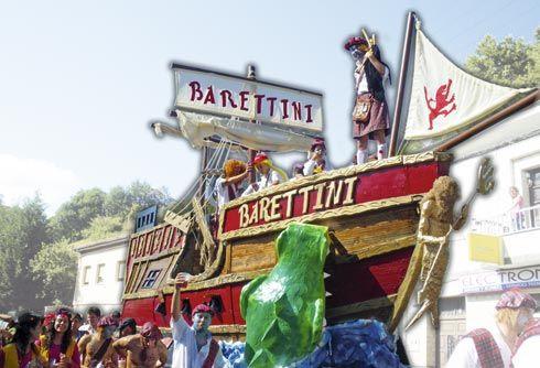 Carroza de Los Barettini en el Descenso Folklórico del Nalón