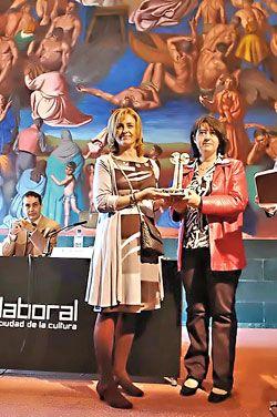 La directora gerente de la Fundación Metal Asturias recibe el premio de manos de la Concejala de Empleo e Igualdad del Ayto. de Gijón.