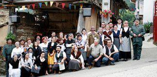 Personajes del Mercáu de Coballes en la edición de 2009.