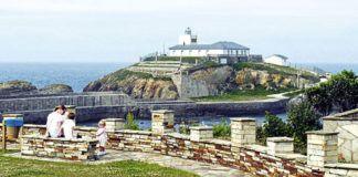 Faro de Tapia de Casariego, visto desde el Mirador Os Cañóis