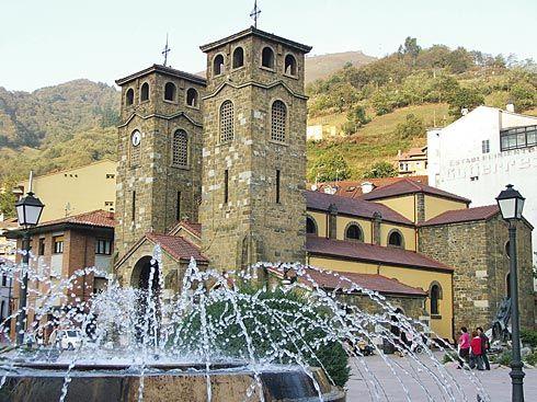 Plaza de La Iglesia, en Moreda (Aller).