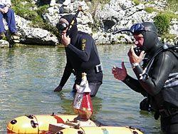 Buceadores sacando a flote a la Santina.