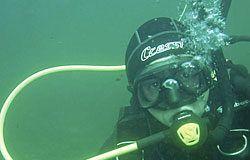 Submarinista del Club Figueras Actividades Subacuáticas ante un cañón del siglo XVIII sumergido en la Ría del Eo.