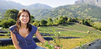 Lorena Sariego, bióloga, delante de la plantación de arándanos en Fresneo (Riosa)