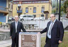 José Antonio Muñiz, alcalde de Riosa y Clotildo Parigi, alcalde de Mazo di Valtellina junto a la placa conmemorativa del Hermanamiento
