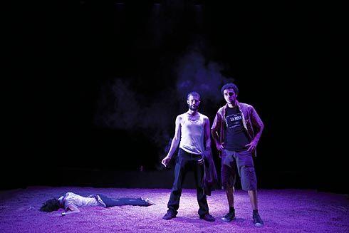 """Escena de la obra de teatro """"El día de autos"""", por la compañía teatral Paraninfo 58"""