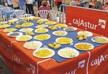 Exposición de quesos en la Feria de los Quesos Artesanos de Asturias.