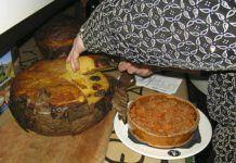 Cortando una Borona Preñada, uno de los platos estrella de las Jornadas
