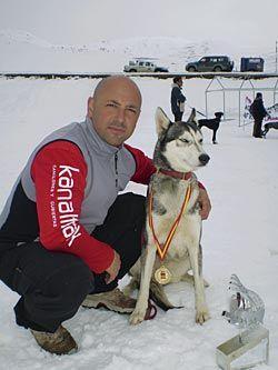 Ricardo Vara con Unkas, su perra guía, en el Campeonato de España 2008 en Baqueira Beret