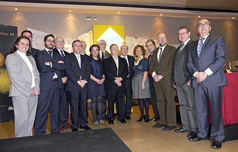 Mercedes Alvarez, Consejera de Cultura y Turismo, miembros del Colectivo de Críticos gastronómicos y los hosteleros galardonados posando durante la pasada edición de los premios de la crítica gastronómica.