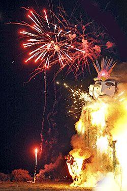 Queima do Entroido, muñeco de paja que representa el Carnaval que termina. Ribadeo (Lugo)