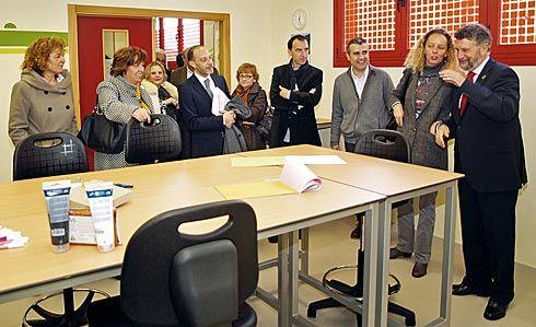 Inauguración del Centro de Día, al que acudieron también los vecinos (Navia)