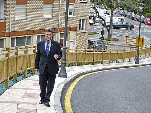 Ignacio García Palacios, Alcalde de Navia, en la nueva carretera de circunvalación.