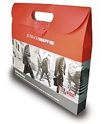 Las empresas participantes en el programa Compromiso Seguridad Vial reciben un maletín de la fundación MAPFRE.