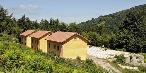 Antiguas viviendas para los obreros de las minas de Texeo con la estructura ya rehabilitada.