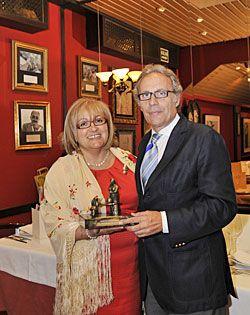 Amada Alvarez Pico entrega el premio Guisandera de Oro a Domènec Biosca