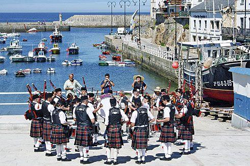Banda de Gaitas tocando junto al puerto de Tapia de Casariego.