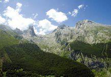 Vista panorámica del Naranjo de Bulnes y el Neverón de Urriellu.