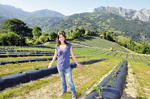 Lorena Sariego en la plantación de arándanos. Riosa, (Asturias).