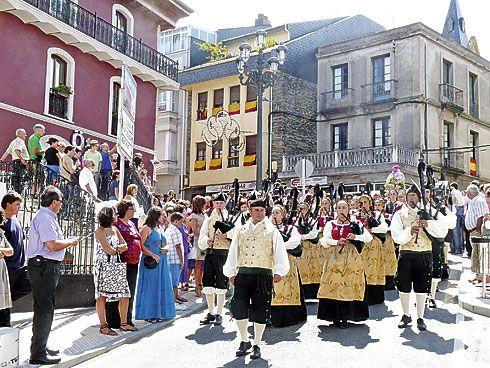 La Reina del Truébano en las calles de Navia, en las Fiestas de la Virgen de la Barca.