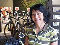 Rosa Fernández en la tienda de Deportes Morán de Oviedo.