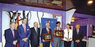 Homenajeados en la XXXII Amuravela de Oro, junto a miembros de Amigos de Cudillero y autoridades.