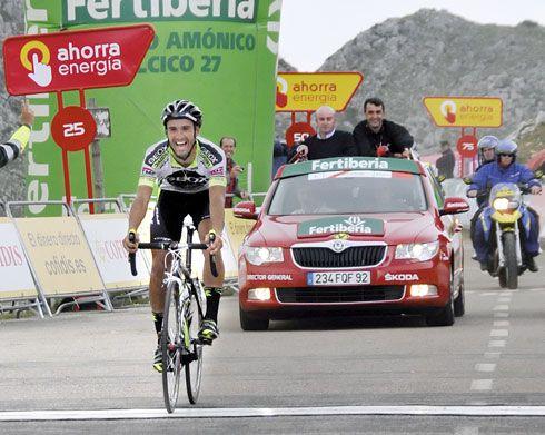 José Antonio Muñiz y Javier Guillén, en el coche oficial, en el momento de entrada en meta de Juanjo Cobo.