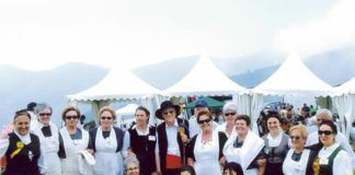 Guisanderas de Asturias, con el Padre Angel, de Mensajeros de la Paz, tras haber sido nombradas Vaqueiras de Honor en Aristébano, en julio de 2007.