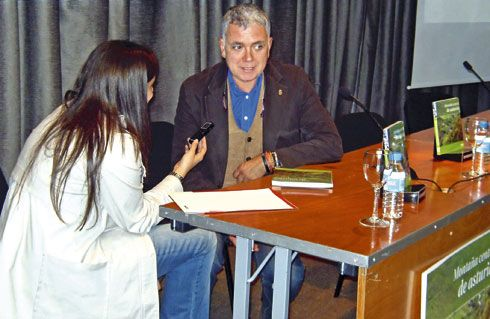 El periodista asturiano Juan Ramón Lucas en un momento previo a la presentación.