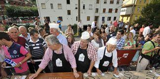 Preparación de la Tosta de Quesos más grande del mundo, por la Hermandad de La Probe (Morcín)
