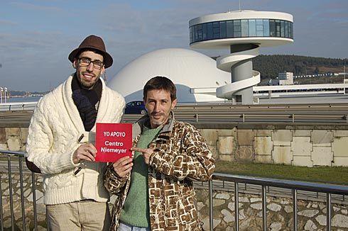 Agustín Gutiérrez, portavoz del Grupo Apoyo al Centro Cultural Internacional, y Víctor Velasco, miembro también del colectivo.
